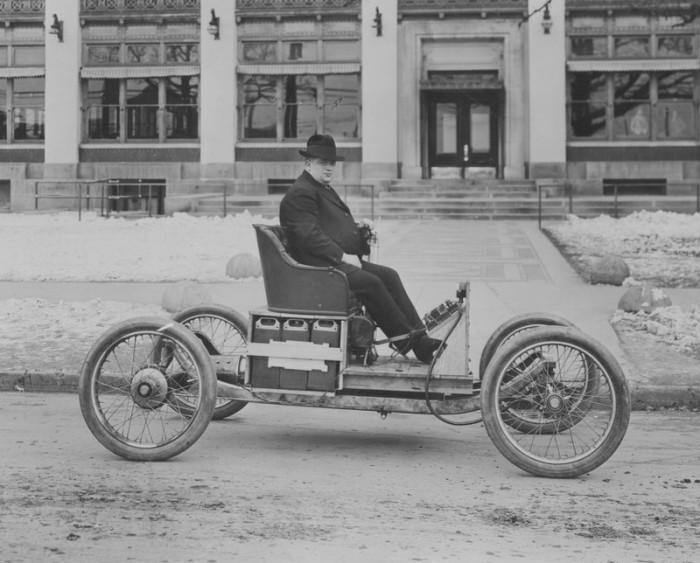 Henry Ford ve svém elektromobilu z roku 1906, který vyvíjel společně s Thomasem Edisonem
