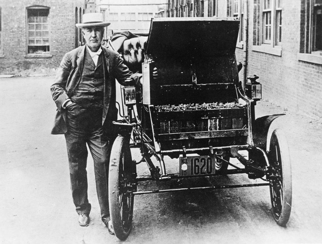 Thomas Alva Edison s elektrickým vozem Baker - pod kapotou Edisonova baterie