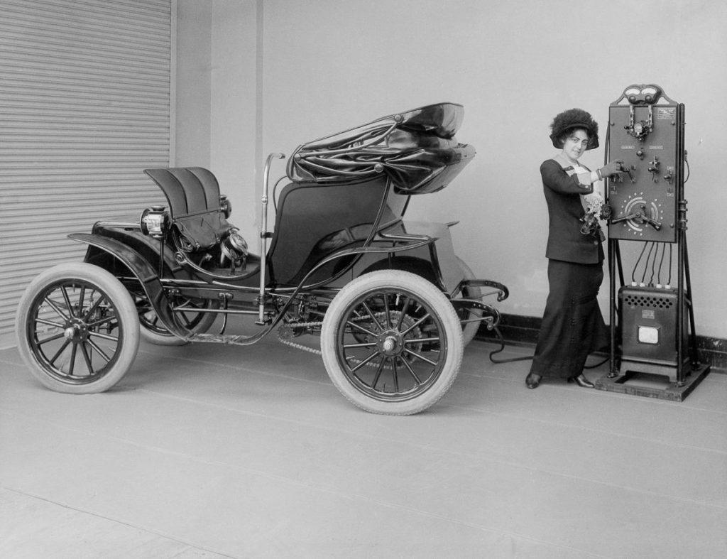 Na přelomu 19. a 20. století byly elektrické vozy považovány za ženskou záležitost