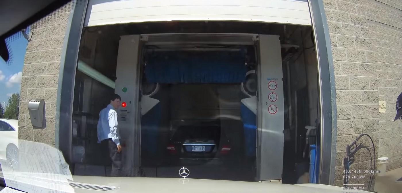 Majitel Mercedesu natočil, co se děje s autem v servisu