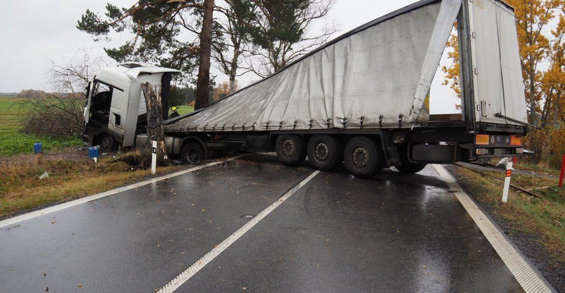 Havárie kamionu na Pardubicku