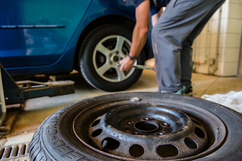 Prohozením pneumatik mezi nápravami prodloužíte jejich životnost